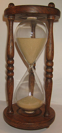 200px-Wooden_hourglass_2